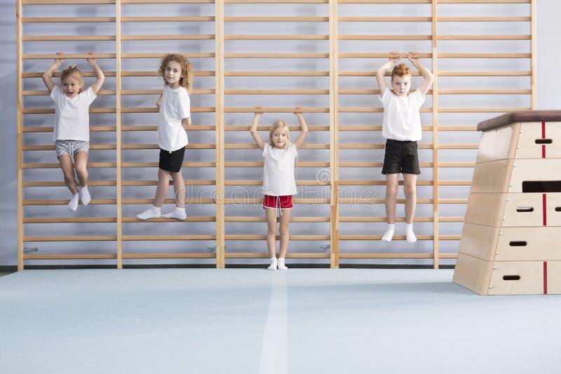 Schooljongens op muurbars royalty-vrije stock foto's