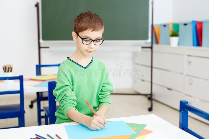 Schooljongentekening in Klaslokaal royalty-vrije stock fotografie