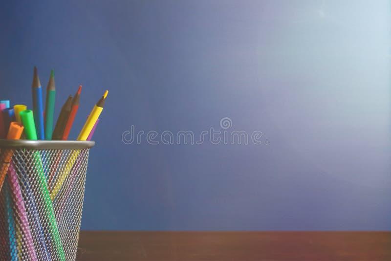 Schoolkind en studentenstudiestoebehoren Terug naar het Concept van de School Potloden en gevoelde pennen op blauwe backgroung Co stock fotografie