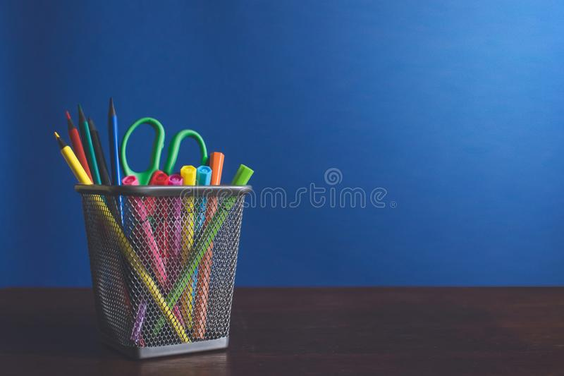 Schoolkind en studentenstudiestoebehoren Terug naar het Concept van de School Potloden en gevoelde pennen op blauwe backgroung royalty-vrije stock fotografie