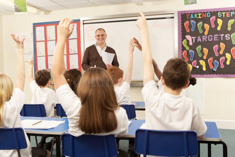 Schoolkinderen die in Klaslokaal bestuderen royalty-vrije stock foto's