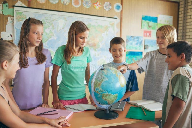Schoolkinderen in een Aardrijkskundeles stock fotografie