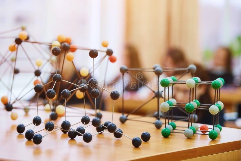 Schoolkinderen in een wetenschapsklasse met een moleculair model Backg stock fotografie