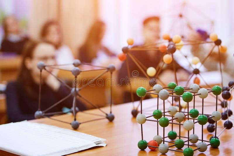 Schoolkinderen in een wetenschapsklasse met een moleculair model Backg royalty-vrije stock foto