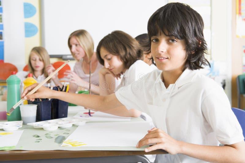 Schoolkinderen en hun leraar in een kunstklasse royalty-vrije stock foto