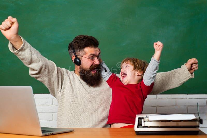 Schoolkinderen hurray Vader en zoon Kind die winnaarteken tonen Bord klaar voor tekst royalty-vrije stock foto's