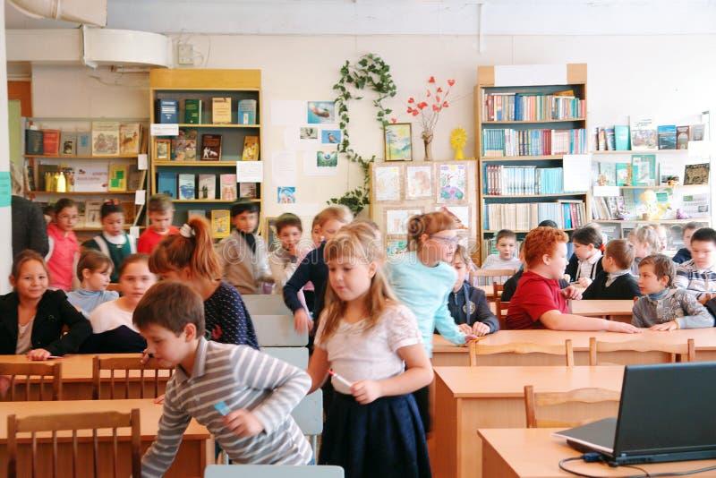 Schoolkinderen in klaslokaal royalty-vrije stock afbeelding