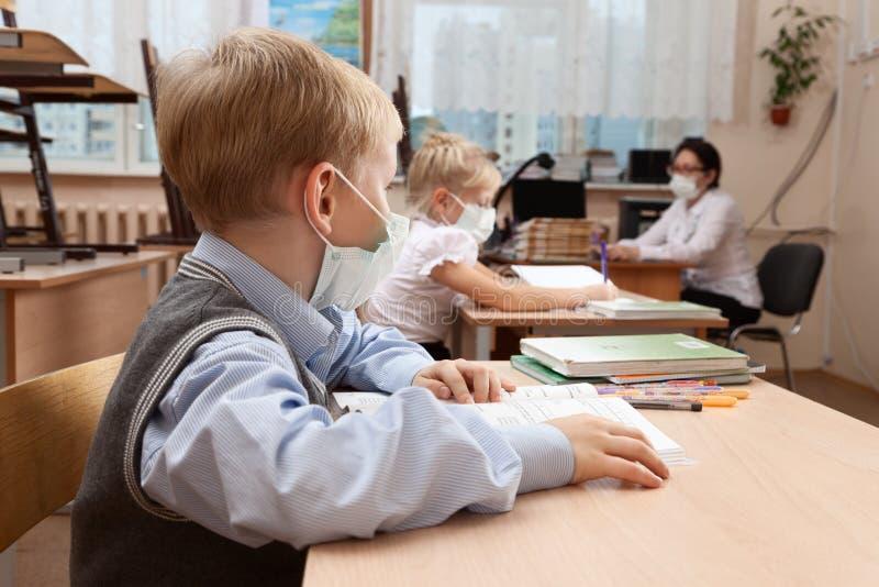 Schoolkinderen in medisch gezichtsmasker royalty-vrije stock foto