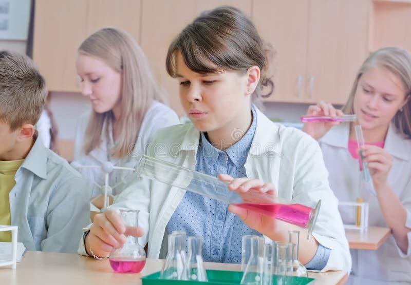 Schoolkinderen in wetenschapsklasse stock afbeelding