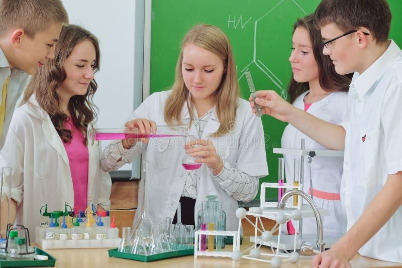 Schoolkinderen in wetenschapsklasse stock fotografie
