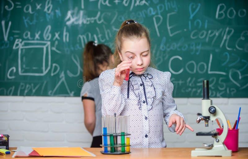 Schoolklassen Biologie en chemielessen Neem chemische reacties waar Chemische reactie die dan opwekken stock fotografie