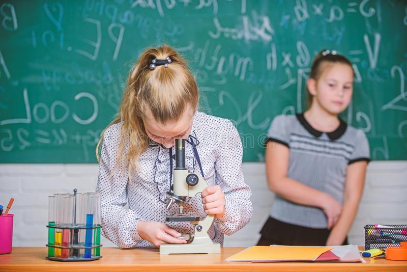 Schoolklassen De meisjes bestuderen chemie in school Biologie en chemielessen Theorie en praktijk Neem chemisch product waar royalty-vrije stock foto's