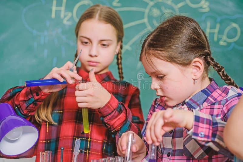 Schoolklassen Jonge geitjes aanbiddelijke vrienden die pret in school hebben Het laboratoriumconcept van de schoolchemie Practicu royalty-vrije stock afbeeldingen