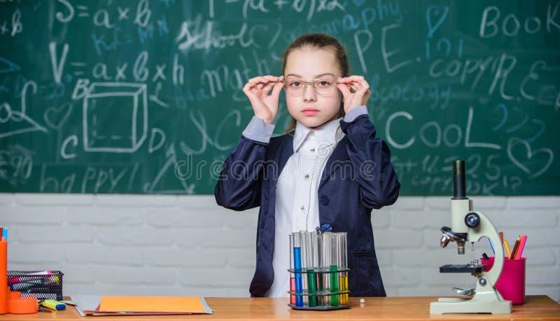 Schoolklassen Neem chemische reacties waar Chemische reactie die dan theorie opwekken Meisjes werkend chemisch product royalty-vrije stock afbeelding