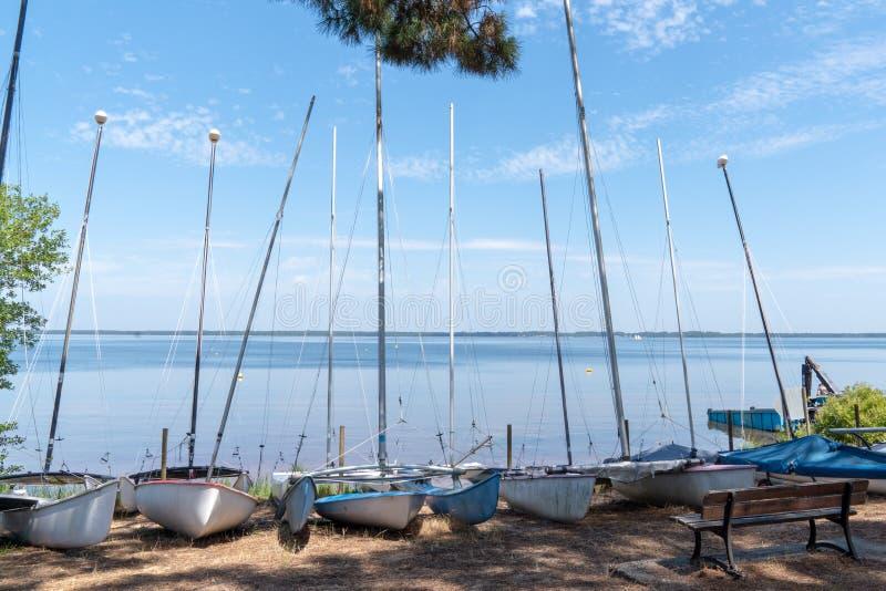 Schoolkleine boot in Lacanau-meerdorp in Frankrijk stock foto's