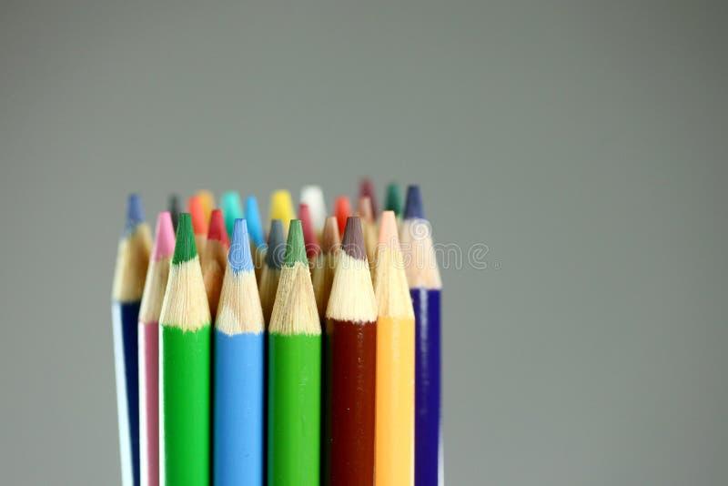 Schoolkleurpotloden met Extreme Diepte van Gebied royalty-vrije stock foto's