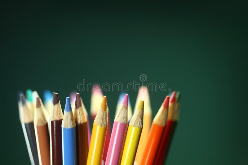 Schoolkleurpotloden met Extreme Diepte van Gebied royalty-vrije stock afbeelding