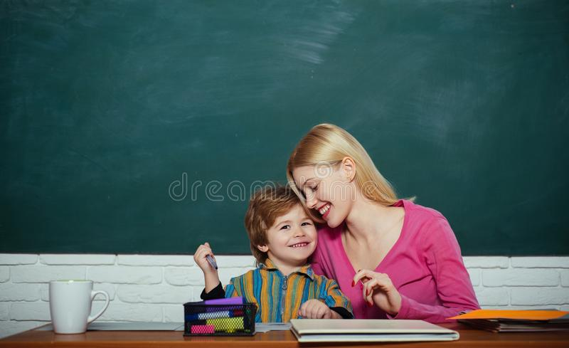 Schoolkleuterschool en ontwikkeling Kinderverzorging en het ontwikkelen zich Peutervoorbereiding Jong geitje weinig jongen en ler stock foto's
