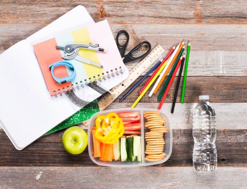 Schoollevering en lunch op houten achtergrond royalty-vrije stock afbeelding