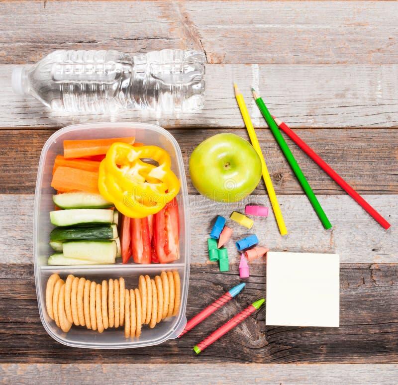 Schoollevering en lunch op houten achtergrond stock foto