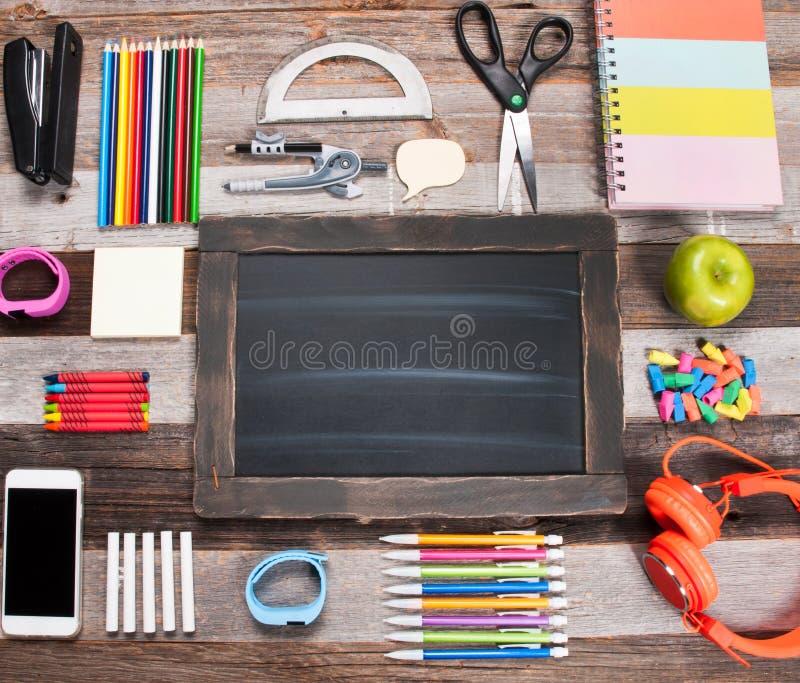 Schoollevering en lunch op houten achtergrond stock fotografie