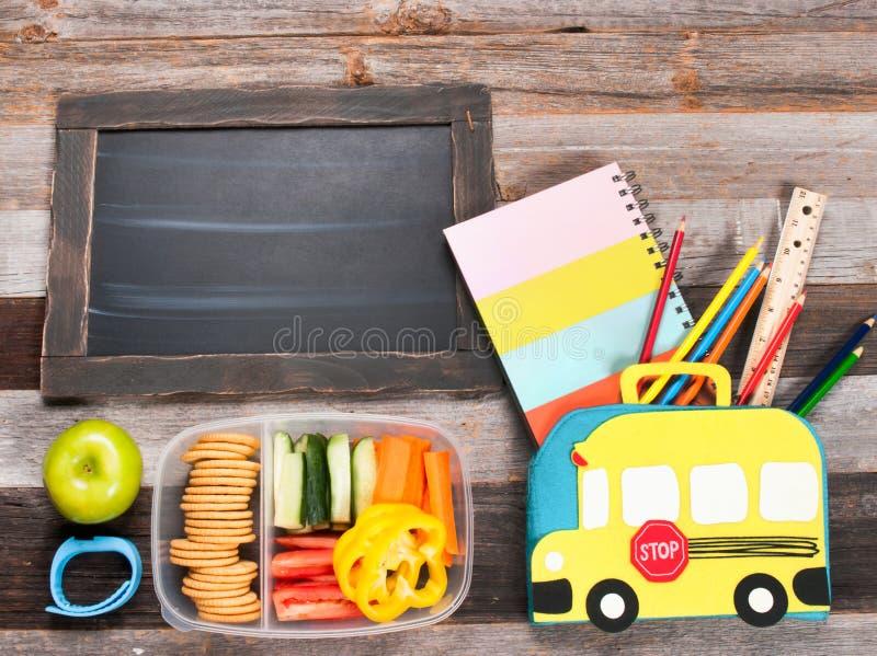 Schoollevering en lunch op houten achtergrond royalty-vrije stock fotografie