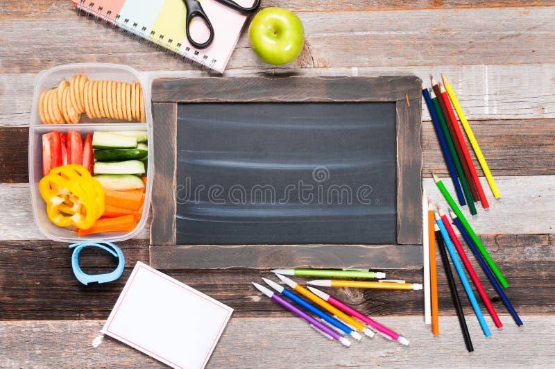 Schoollevering en lunch op houten achtergrond royalty-vrije stock foto's