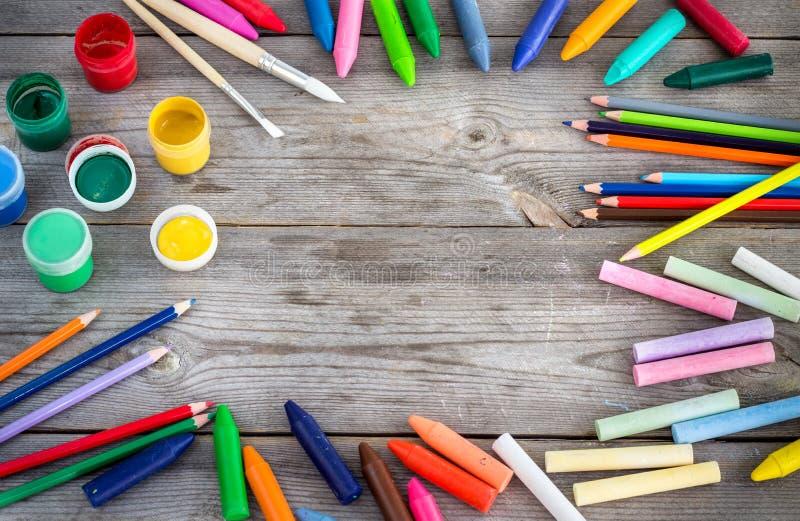 Schoollevering, kleurpotloden, pennen, krijt stock afbeeldingen