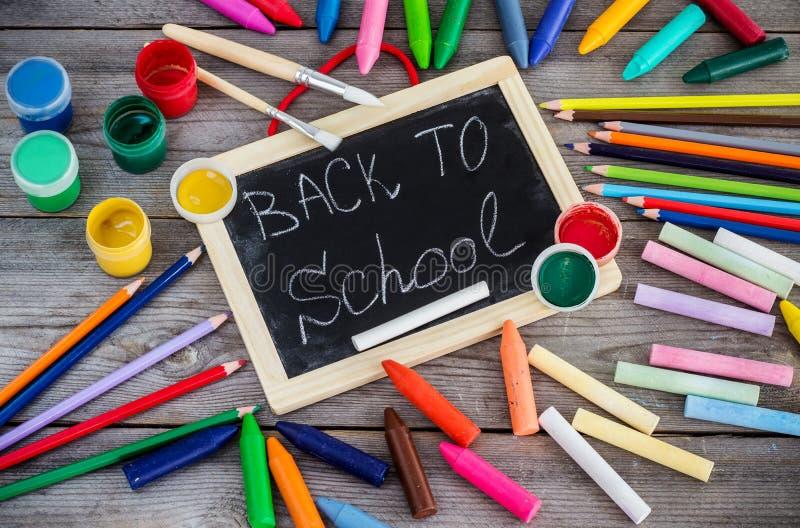 Schoollevering, kleurpotloden, pennen, krijt royalty-vrije stock foto