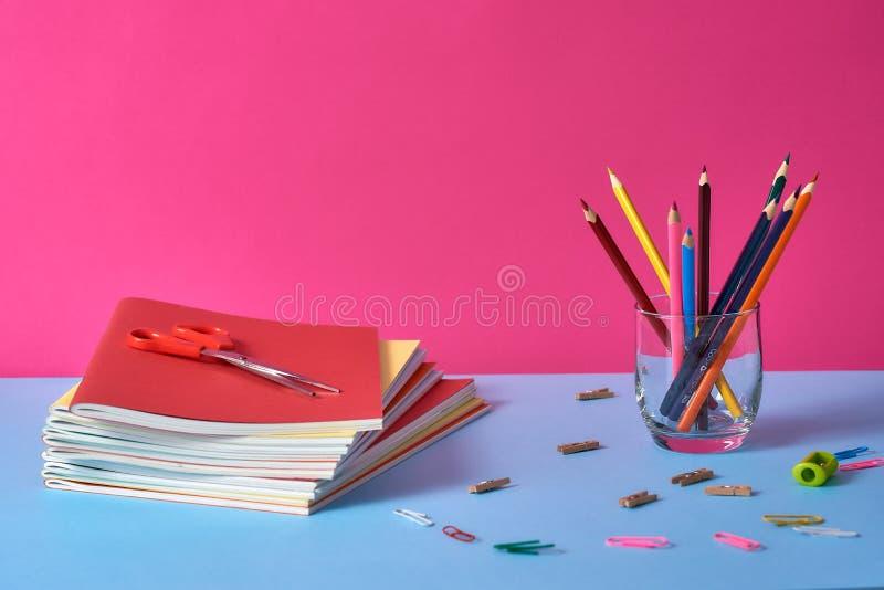 Schoollevering met kleurrijke potloden en notitieboekjes stock foto