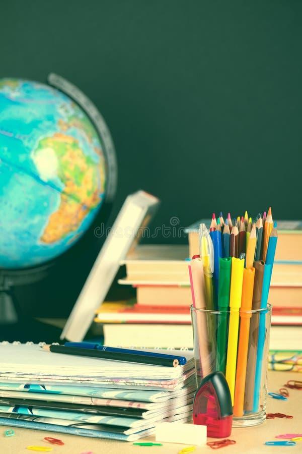 Schoollevering op bordachtergrond met exemplaarruimte toning stock afbeelding