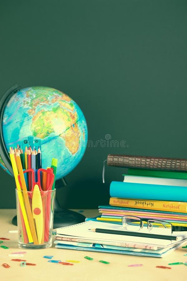 Schoollevering op bordachtergrond met exemplaarruimte toning royalty-vrije stock afbeeldingen