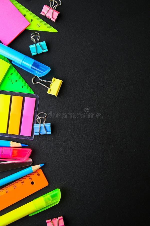 Schoollevering op een bordachtergrond klaar voor uw ontwerp Vlak leg Hoogste mening De ruimte van het exemplaar stock fotografie