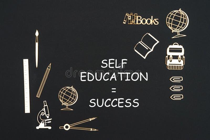 Schoollevering op zwarte achtergrond met succes dat van het tekst het zelfonderwijs wordt geplaatst royalty-vrije illustratie