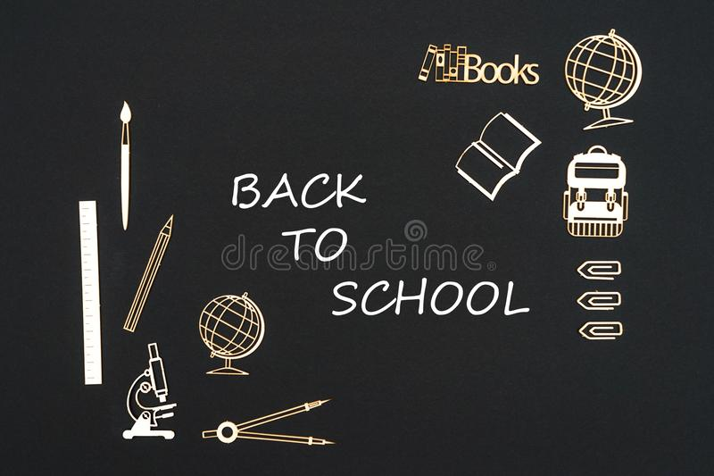 Schoollevering op zwarte achtergrond met tekst terug naar school wordt geplaatst die stock afbeeldingen