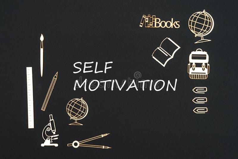 Schoollevering op zwarte achtergrond met tekst zelfmotivatie die wordt geplaatst royalty-vrije stock foto's