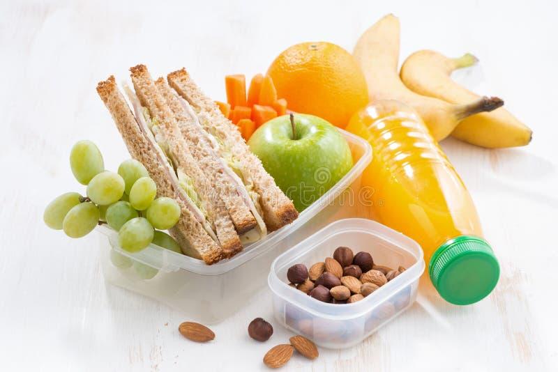 Schoolmaaltijd met sandwich op witte lijst stock afbeelding