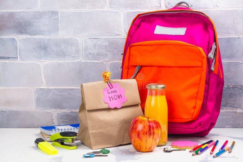 Schoolmaaltijddoos en roze rugzak stock foto's