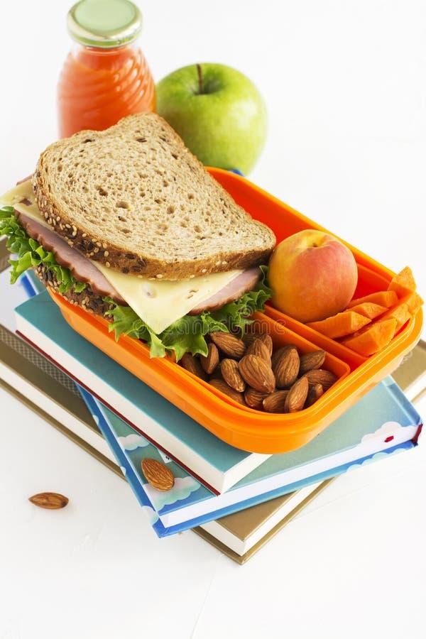 Schoolmaaltijddoos met sandwich, vruchten en noten stock foto's