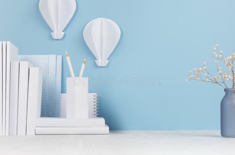 Schoolmalplaatje - witte boeken, kantoorbehoeften, bloemen, decoratieve ballonsorigami op wit bureau en zachte blauwe achtergrond royalty-vrije stock afbeelding