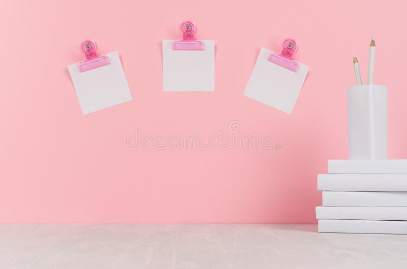 Schoolmalplaatje - witte boeken, kantoorbehoeften, lege stickers, decoratieve ballonsorigami op wit bureau en zachte roze achterg royalty-vrije stock afbeeldingen