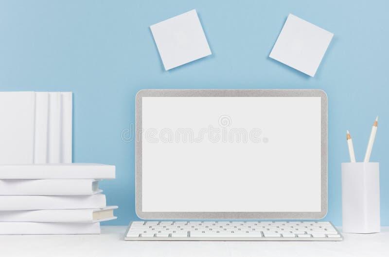 Schoolmalplaatje - witte boeken, kantoorbehoeften, lege stickers en notitieboekjecomputer op wit bureau en zachte blauwe achtergr royalty-vrije stock foto's