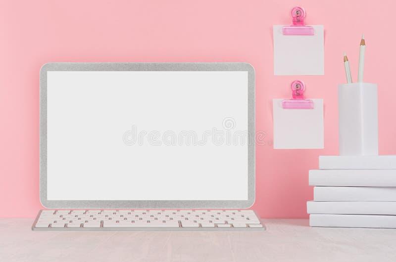 Schoolmalplaatje - witte boeken, kantoorbehoeften, lege stickers en notitieboekjecomputer op wit bureau en zachte roze achtergron stock afbeelding