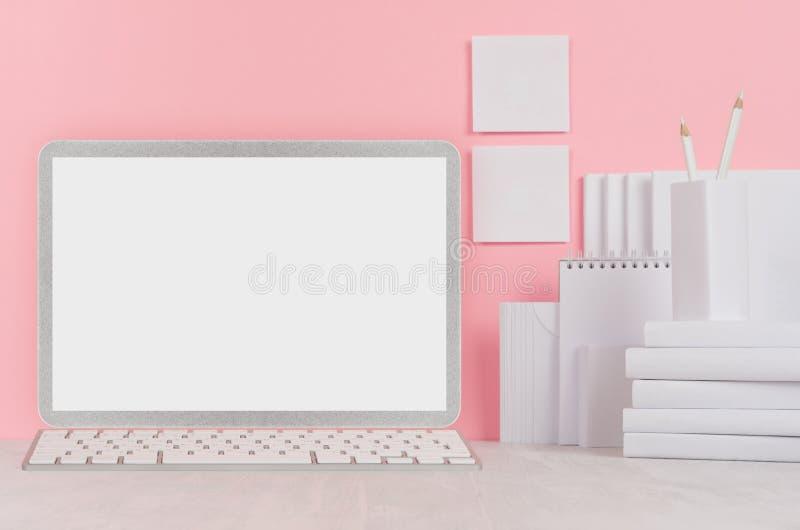 Schoolmalplaatje - witte boeken, kantoorbehoeften, lege stickers en notitieboekjecomputer op wit bureau en zachte roze achtergron royalty-vrije stock foto