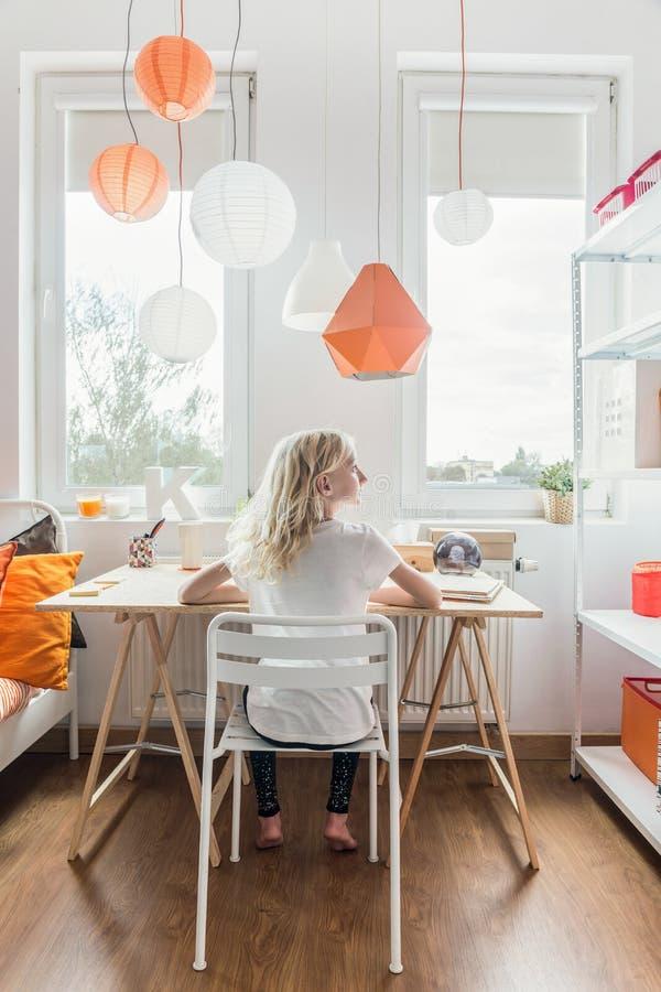 Schoolmeisje die in haar ruimte bestuderen stock foto's