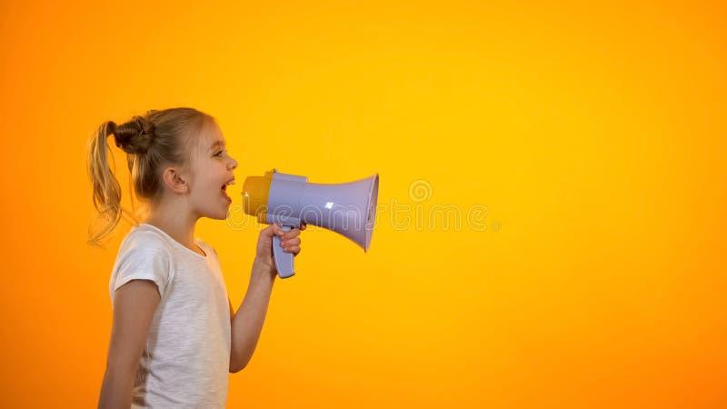 Schoolmeisje die in megafoon schreeuwen, die aankondiging, verkoop en kortingen maken royalty-vrije stock afbeelding