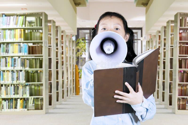 Schoolmeisje die met een megafoon spreken stock afbeelding