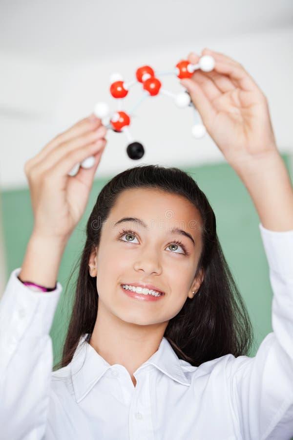 Schoolmeisje die Moleculaire Structuur binnen bekijken royalty-vrije stock fotografie