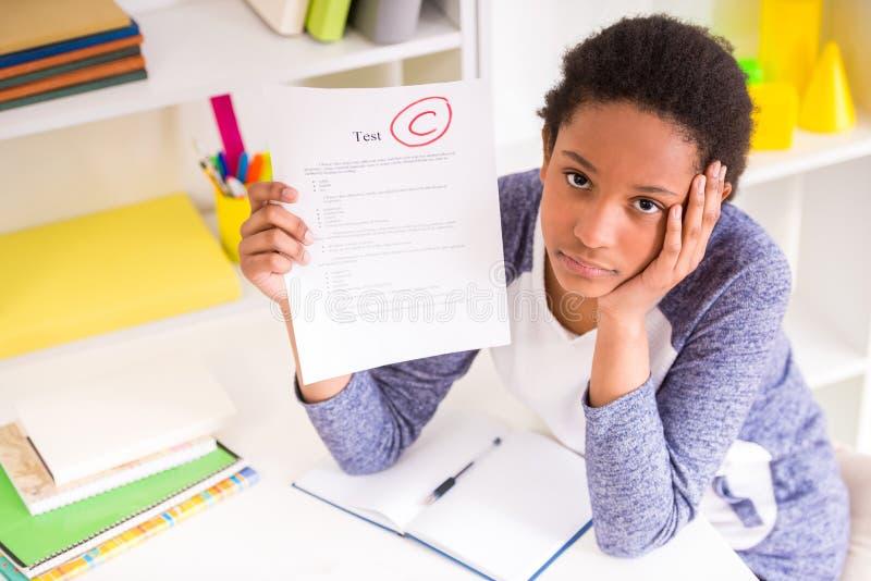 Schoolmeisje die testresultaten tonen stock fotografie
