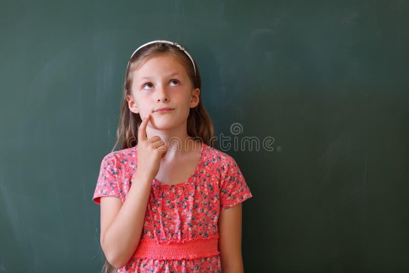 Schoolmeisje en bord met exemplaarruimte royalty-vrije stock foto